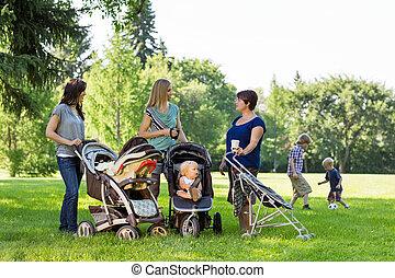 bebé, feliz, cochecitos, madres