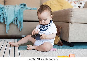 bebé, juego, con, smatphone