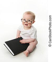 bebé, lectura, llevando gafas