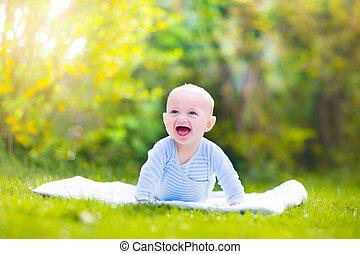 bebé, lindo, jardín, reír