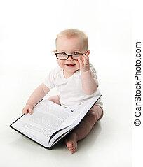 bebé, llevando, cristales de la lectura