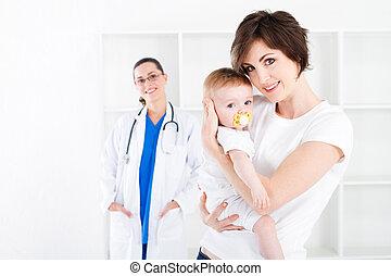 bebé, madre, visita, médico joven