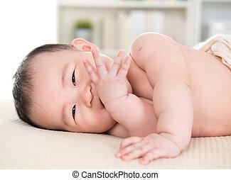 bebé, morder, niña, asiático, dedos