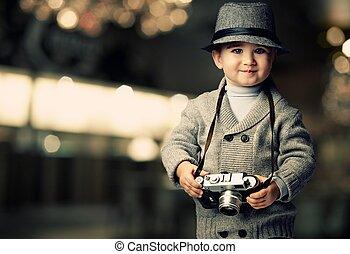 bebé, niño, con, retro, cámara, encima, confuso, fondo.