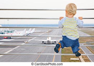 bebé, niño, en, aeropuerto, tránsito, vestíbulo, el mirar,...