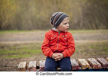 bebé, niño, en, naranja, chaqueta
