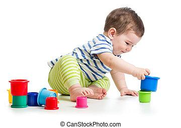 bebé, niño, juego, con, taza, juguetes