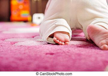 bebé que arrastra, en, rosa, alfombra