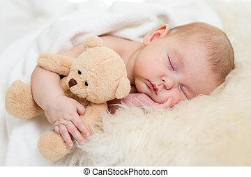 bebé recién nacido, sueño, en, piel, cama