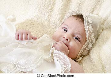 bebé, retrato, morder, manos