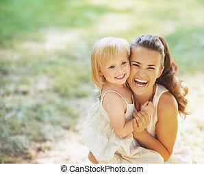 bebé, retrato, sonriente, madre, aire libre
