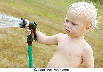 bebé, rociar, manguera, jardín