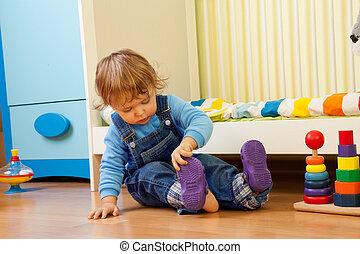 bebé, sandalia, poniendo