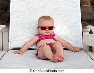 bebé, serio, playa