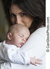 bebé, sueño, en, mamá, hombro