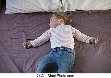 bebé, sueño, en, rey, cama