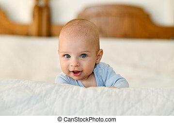 bebê bonito, com, deslumbrante, olhos azuis, mentindo, ligado, seu, estômago