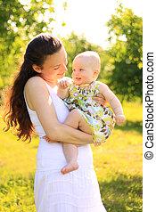 bebê bonito, mãe, ao ar livre