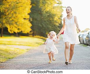 bebê, cidade, andar, feliz, mãe