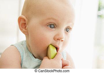 bebê come, maçã, dentro