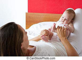 bebê, cute, tocando, cama, mãe