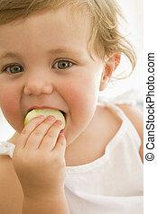 bebê, dentro, comendo maçã