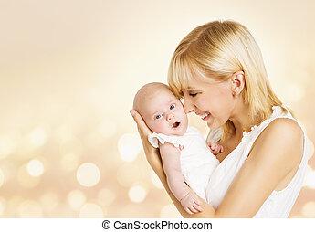 bebê, e, mãe, recem nascido, criança, com, mãe, mulher feliz, prendendo criança, em, mãos