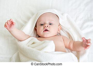 bebê, embrulhado, em, toalha branca