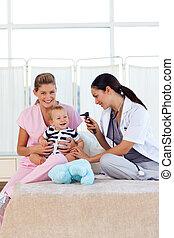 bebê, enfermeira, pediatra, tocando