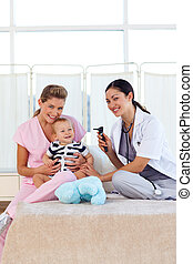 bebê, enfermeira, tocando, doutor