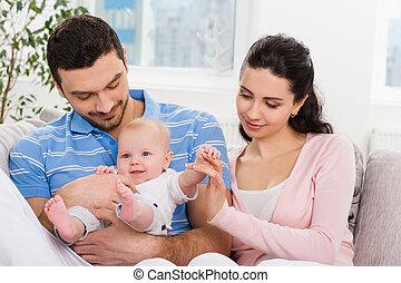 bebê, família jovem, feliz