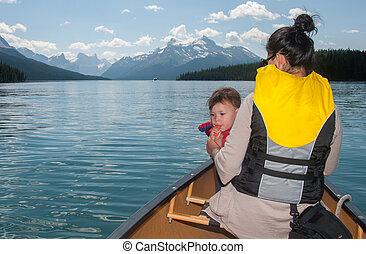 bebê, fundir assobia, em, canoa, com, mãe