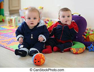 bebê, irmãos, tocando