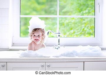 bebê, levando, espuma, menina, banho