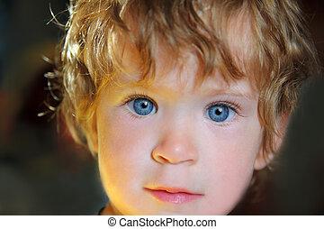 bebê, olhos azuis, em, luz solar