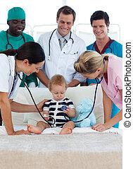 bebê, pequeno, equipe médica