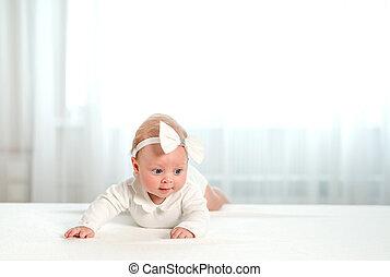 bebê recém-nascido, com, bonito, olhos azuis, mentindo, ligado, barriga
