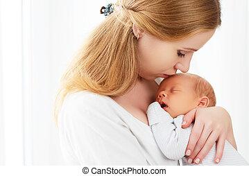 bebê recém-nascido, em, encarregado embrace, de, mãe