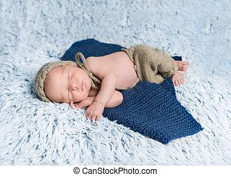 bebê recém-nascido, em, traje, mentindo, ligado, cobertor azul