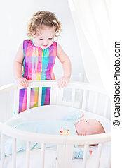 bebê recém-nascido, irmã, toddler, cute, menino, ficar, seu, olhar