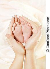 bebê, recem nascido, pés, em, mãe, hands., bonito, recém nascido, criança, pé