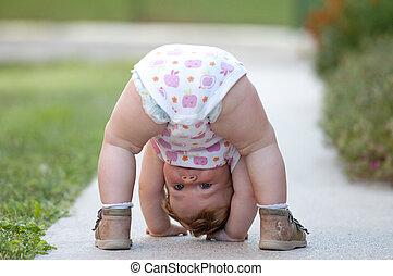 bebê, rua, tocando, apenas