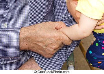 bebê,  Sênior, homem, segurando, mãos
