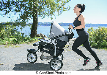 bebê, sacudindo, buggy, jovem, mãe