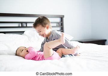 bebê, seu, irmão, cama