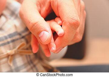 bebê, seu, pai, segurando, mão