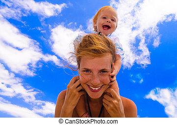 bebê sorridente, com, dela, mãe, praia