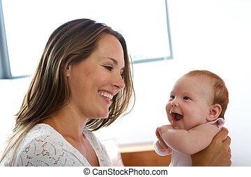 bebê, sorrindo, junto, mãe