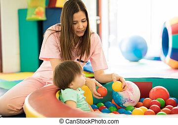 bebê, tendo divertimento, em, bola, piscina
