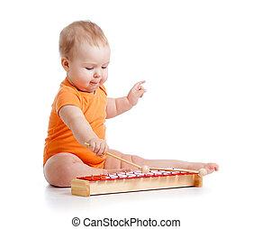 bebê, tocando, com, brinquedo musical